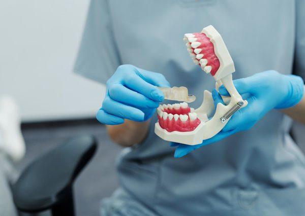 Ile kosztuje proteza dentystyczna? Sprawdzamy ceny.